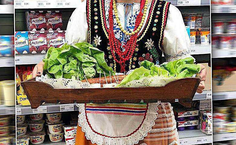 Agnieszka Sienkiewicz sprzedaje kiełbasę w hipermarkecie