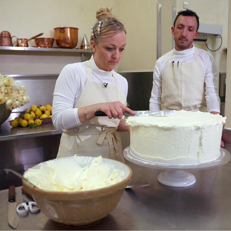 Tort weselny księcia Harry'ego i Meghan Markle to prawdziwe dzieło sztuki! Od samego patrzenia cieknie ślinka. Znamy przepis! zdjecie 1