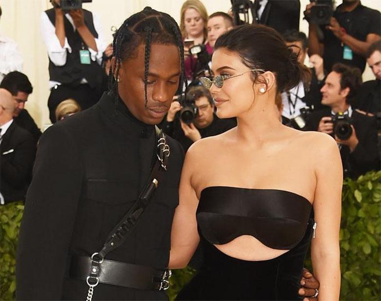 Travis Scott i Kylie Jenner w kreacji: Alexander Wang – MET Gala 2018