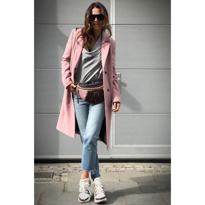 Anna Lewandowska w różowym płaszczu