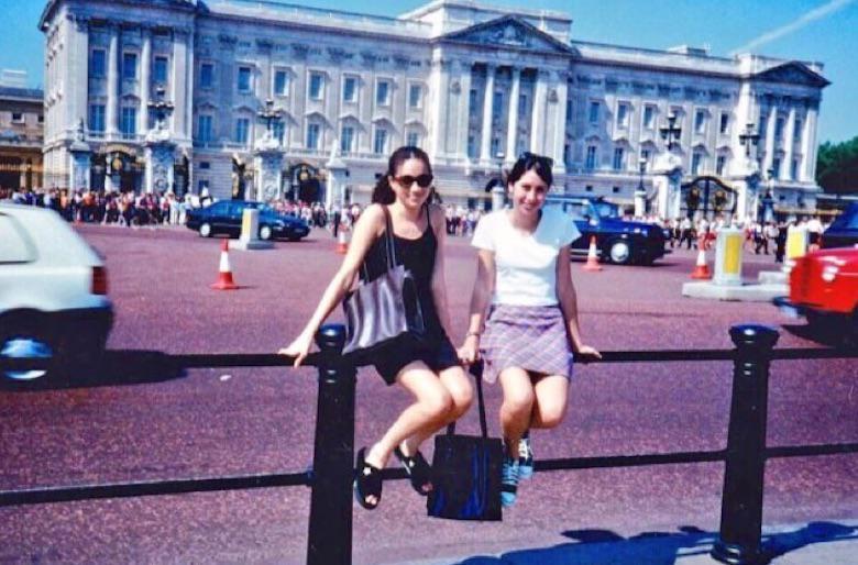 15-letnia Meghan Markle na tle Pałacu Buckingham