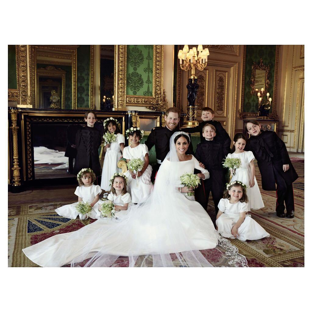 Meghan Markle i książę Harry z druhnami i drużbami w ślubnej sesji