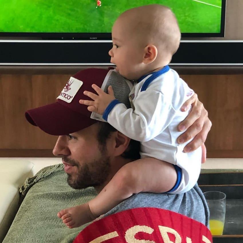 Enrique Iglesias z dzieckiem na ramieniu ogląda Mundial