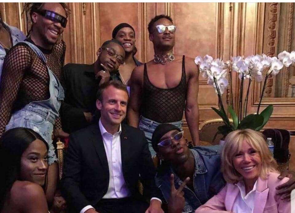 Emmanuel Macron z transseksualnymi tancerzami