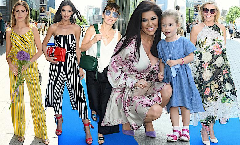 Gwiazdy w wakacyjnych kreacjach na niebieskim dywanie: Agnieszka Hyży, Klaudia Halejcio, Iwona Węgrowska, Agnieszka Dygant