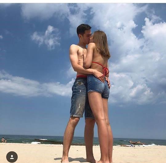 15 -letnia Oliwia Bieniuk całuje się ze swoim chłopakiem