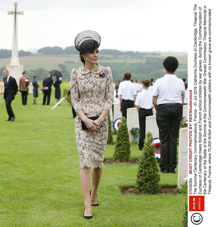 Księżna Kate 1 lipca 2016 roku uczciła pamięć o księżnej Dianie zakładając czarny kapelusz autorstwa ulubionego projektanta Lady Di – Johna Boyda