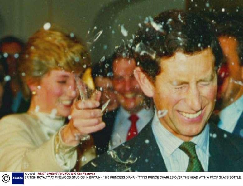 Księżna Diana rozbiła butelkę na głowie księcia Karola