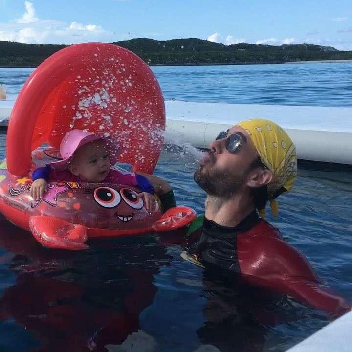 Enrique Iglesias bawi się z córką Lucy
