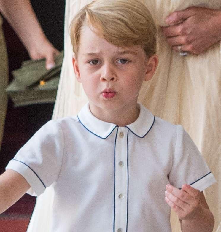 Książę George w biało-niebieskiej koszuli na chrzcie Louisa