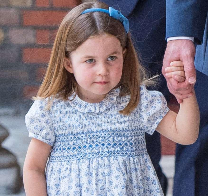 Księżniczka Charlotte w niebieskiej sukience na chrzcie Louisa