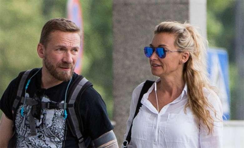 Martyna Wojciechowska i Przemek Kossakowski żegnają się na dworcu