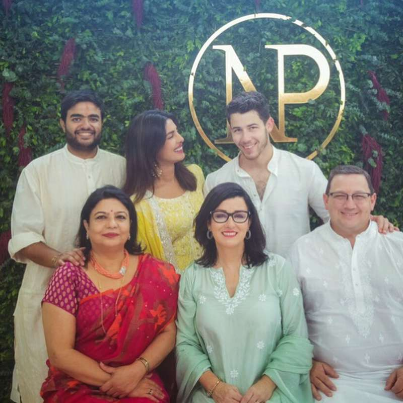 Nick Jonas z rodziną i Priyanką Choprą