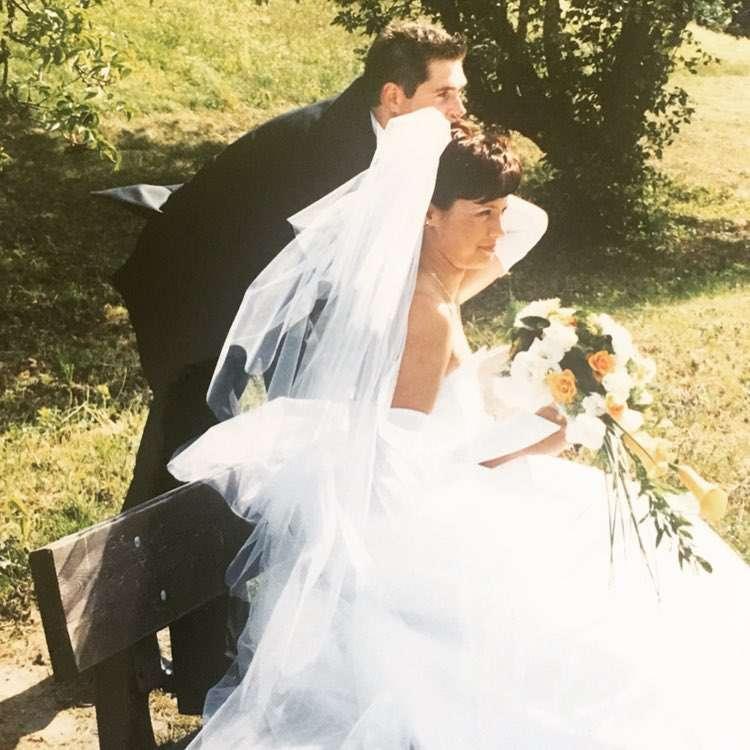 Zdjęcie (1) Paulina Chylewska świętuje kryształowe gody! Pokazała swojego męża oraz odważną suknię ślubną sprzed 15 lat!