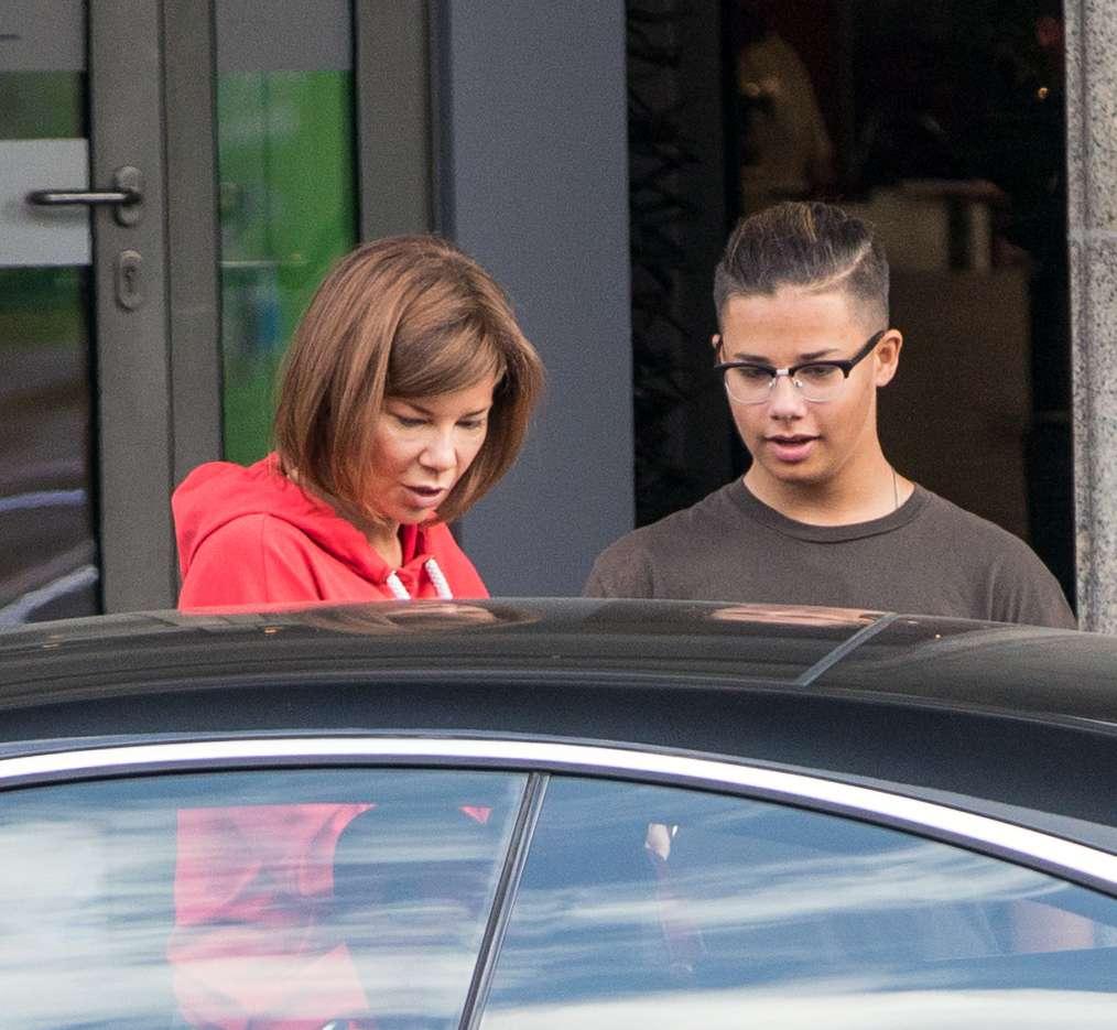 Zdjęcie (6) Edyta Górniak bez makijażu i w dresie pod hotelem. Paparazzi przyłapali ją w najmniej spodziewanym momencie