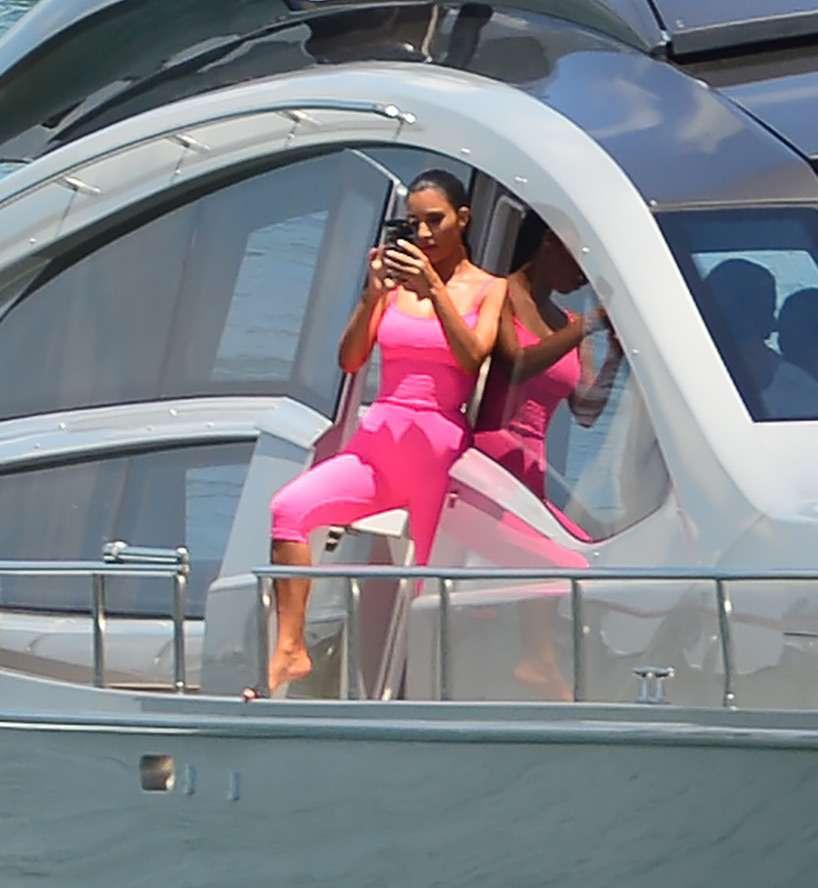 Kim Kardashian pozowała z każdej możliwej strony jachtu