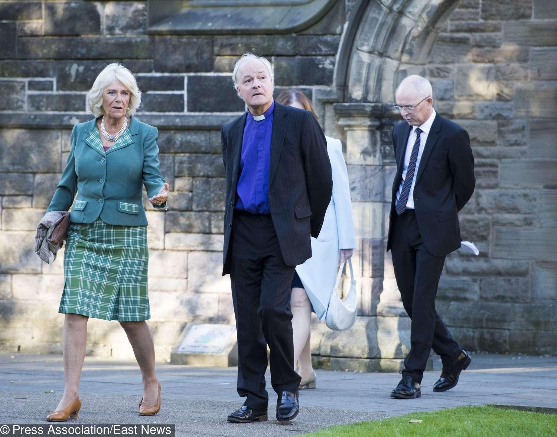 bfea5be40271c0 Księżna Camilla zostwiła w tyle Kate i Meghan! Teraz takie miniówki noszą  najmodniejsze kobiety!