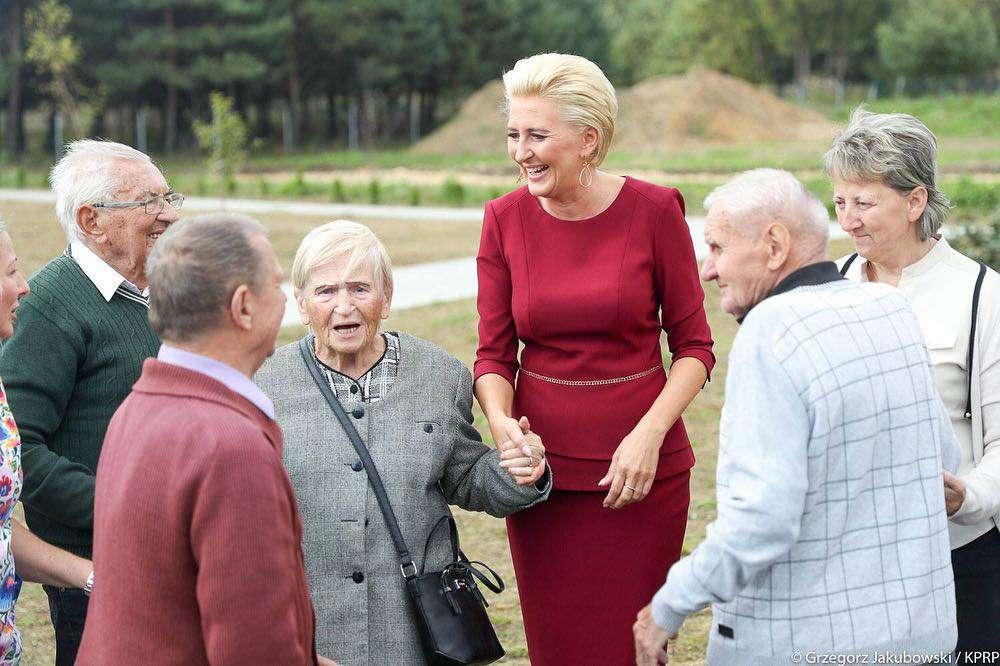Agata Duda w bordowej kreacji spotkała się z emerytami w Jaworznie