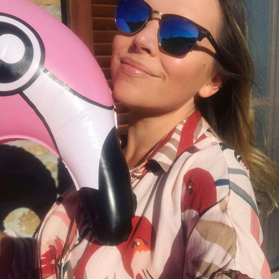 Ola Kwaśniewska z różowym flamingiem