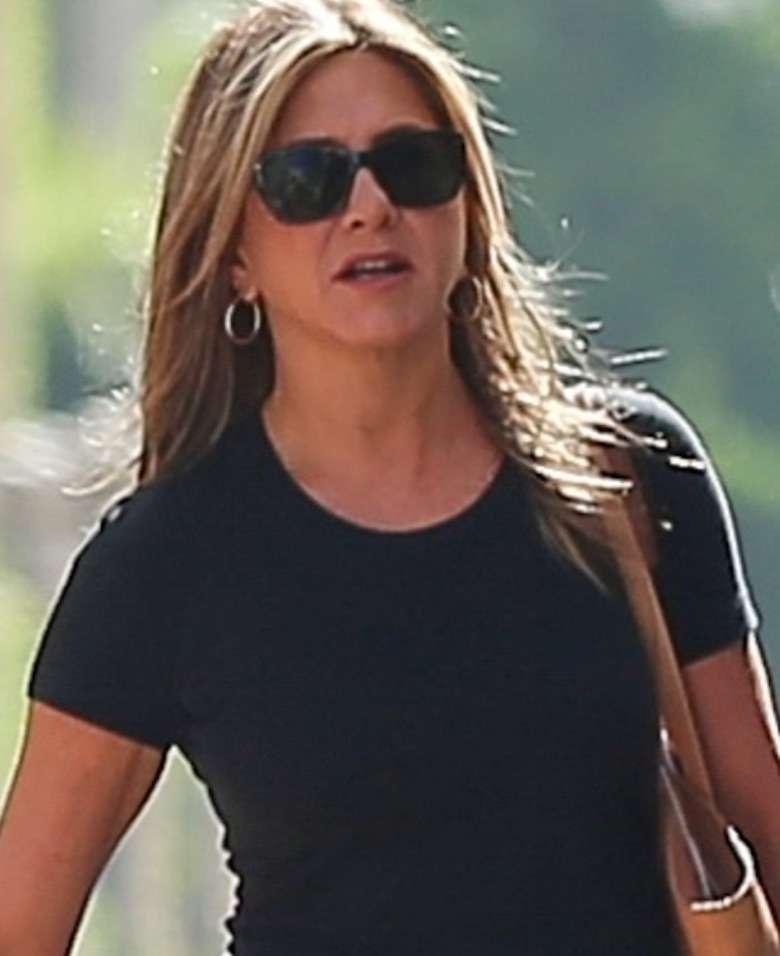 Jennifer Aniston w obcisłej czarnej koszulce