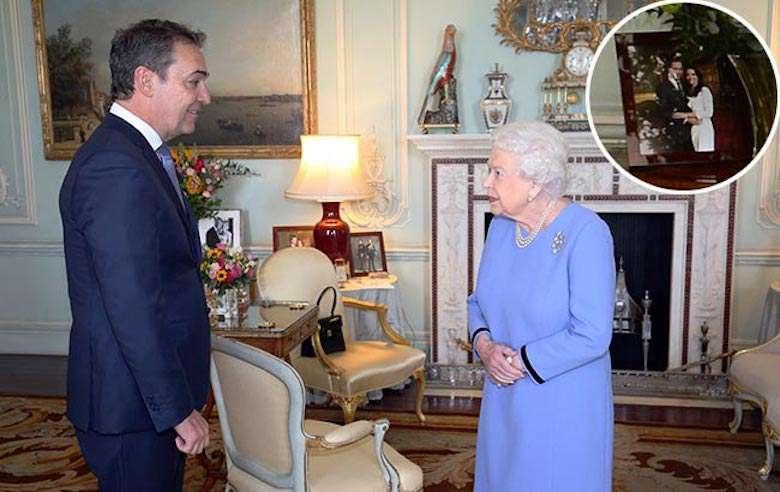Zdjęcie (1) Królowa Elżbieta II trzyma w gabinecie wiele zdjęć, ale nad kominkiem postawiła najbardziej wyjątkowe