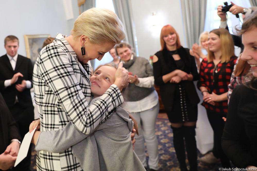Agata Duda w marynarce w kratę na spotkaniu z dziećmi Fot. Oficjalna strona Prezydenta Rzeczpospolitej Polskiej