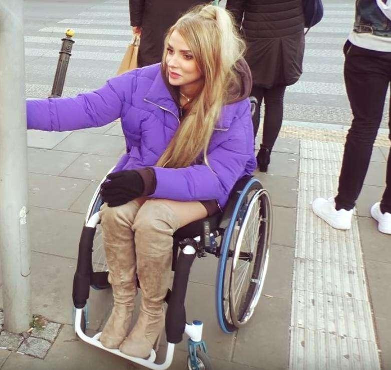 Mamiko na wózku inwalidzkim w ramach eksperymentu