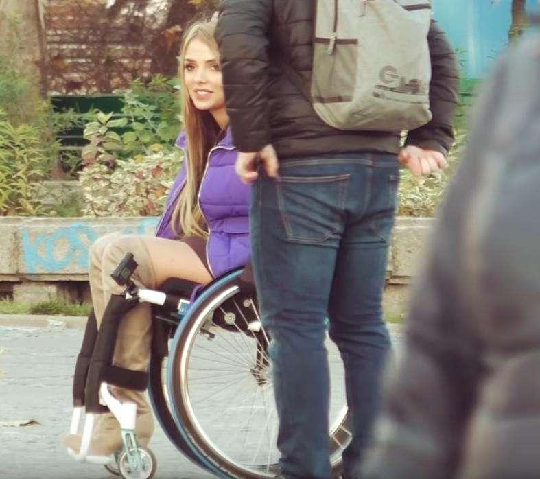 Mamiko jeździ na wózku i podrywa mężczyzn