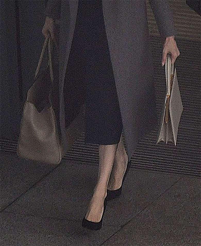 Angelina Jolie z dwiema drogimi torbami na lotnisku