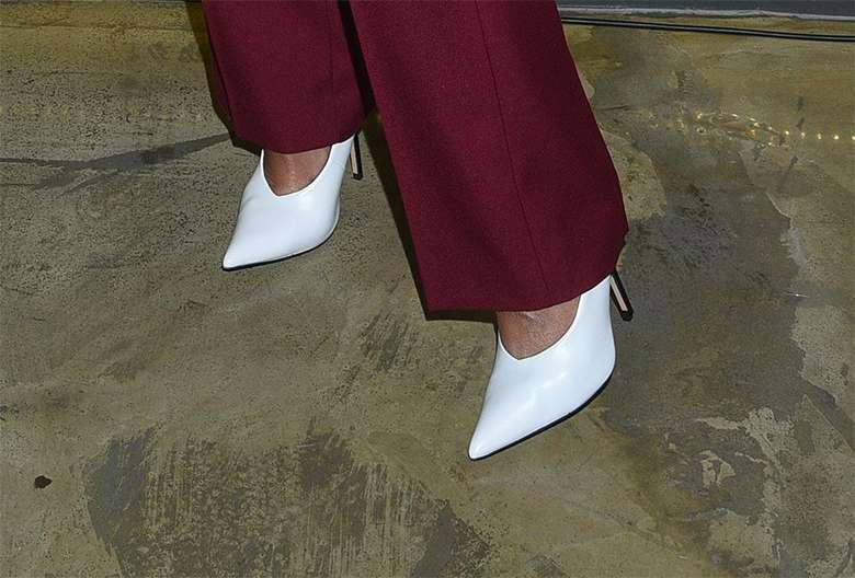 Karolina Szostak w białych butach