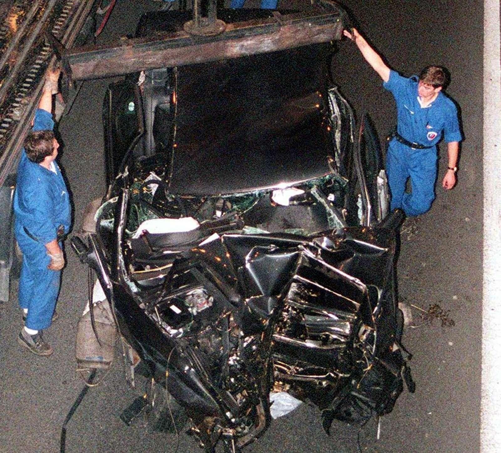 Zdjęcie samochodu po wypadku księżnej Diany