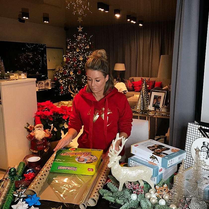 Małgorzata Rozenek w nieporządnym koczku pakuje prezenty