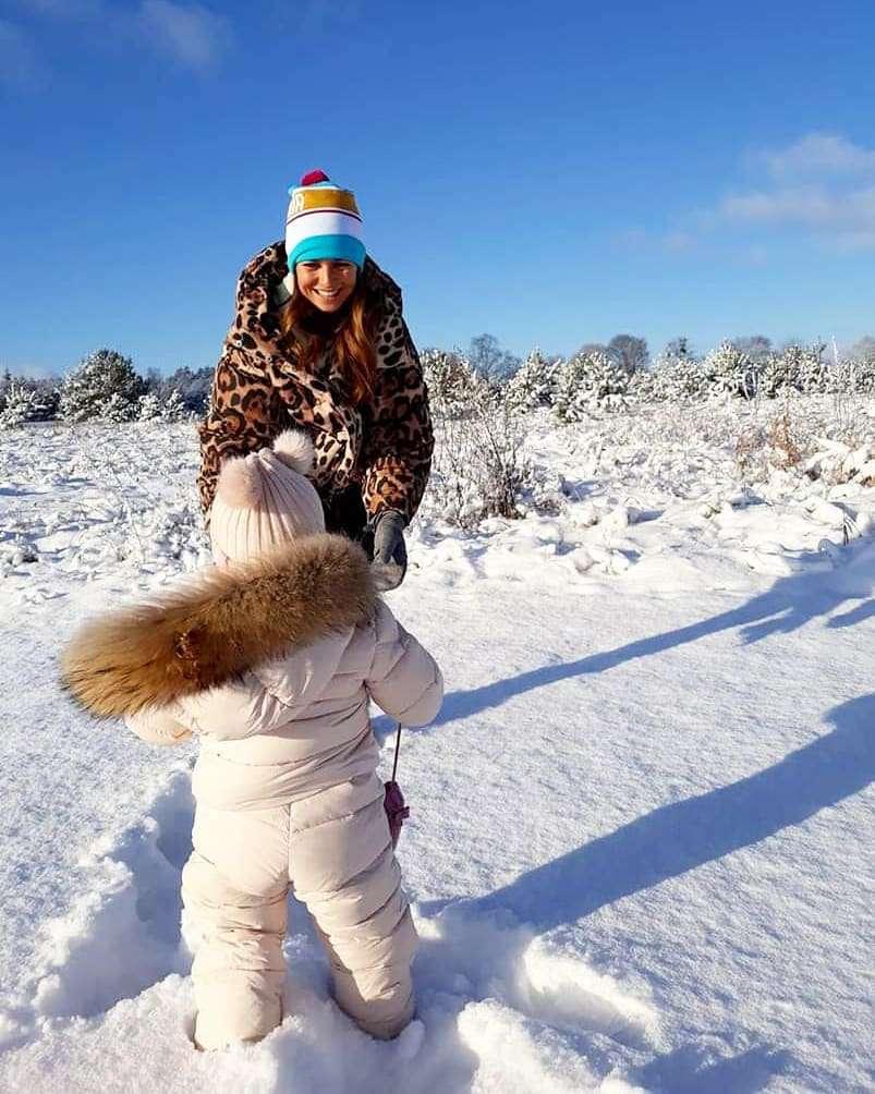 Anna Lewandowska z Klarą Lewandowską bawi się w śniegu w kurtce z sieciówki
