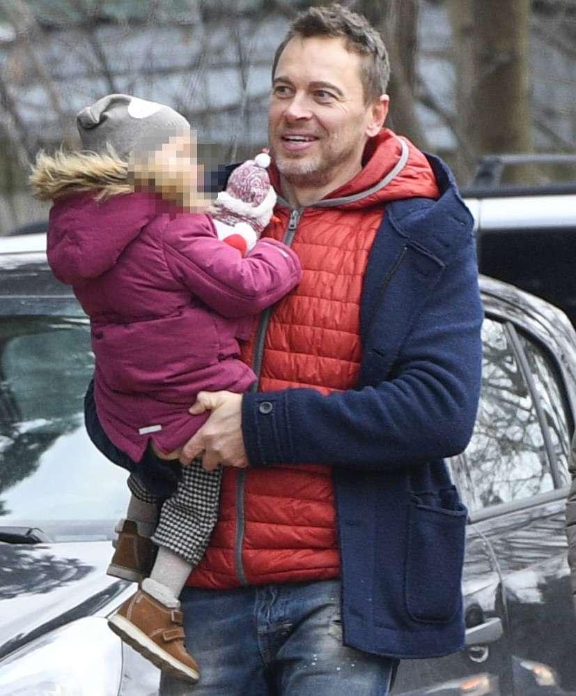 Piotr Jeżyna z córką wybierają choinkę