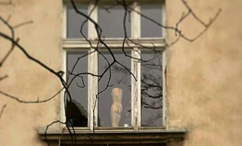 Marta Kaczyńska pokazała nagą postać kobiety w oknie