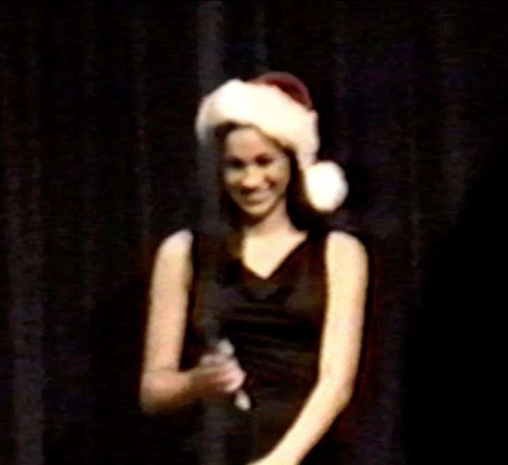 Meghan Markle śpiewa świąteczną piosenkę w liceum