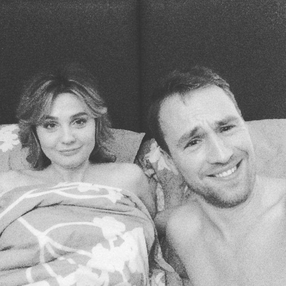 Małgorzata Socha w łóżku z Mateuszem Janickim