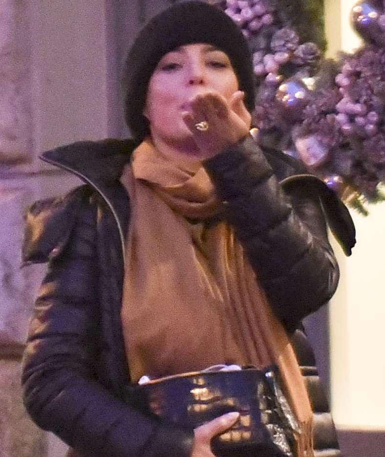 Anna Mucha wysyła buziaka paparazzi