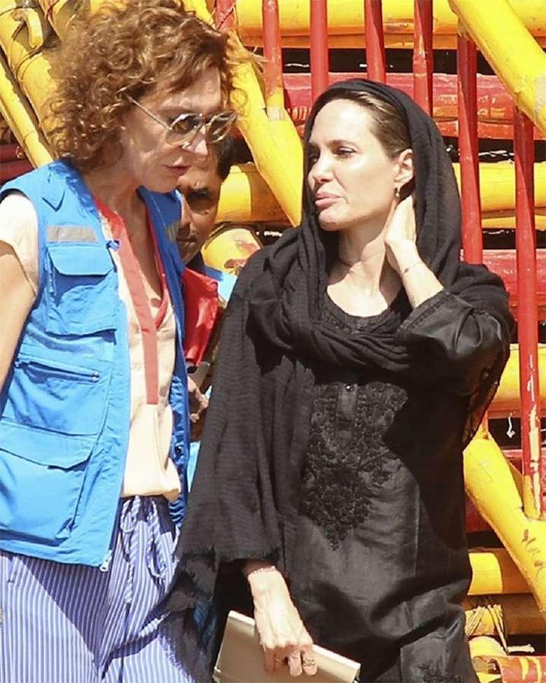 Zdjęcie (9) Niepokojąco chuda Angelina Jolie w Bangladeszu. Ubrała się cała na czarno mimo upału!