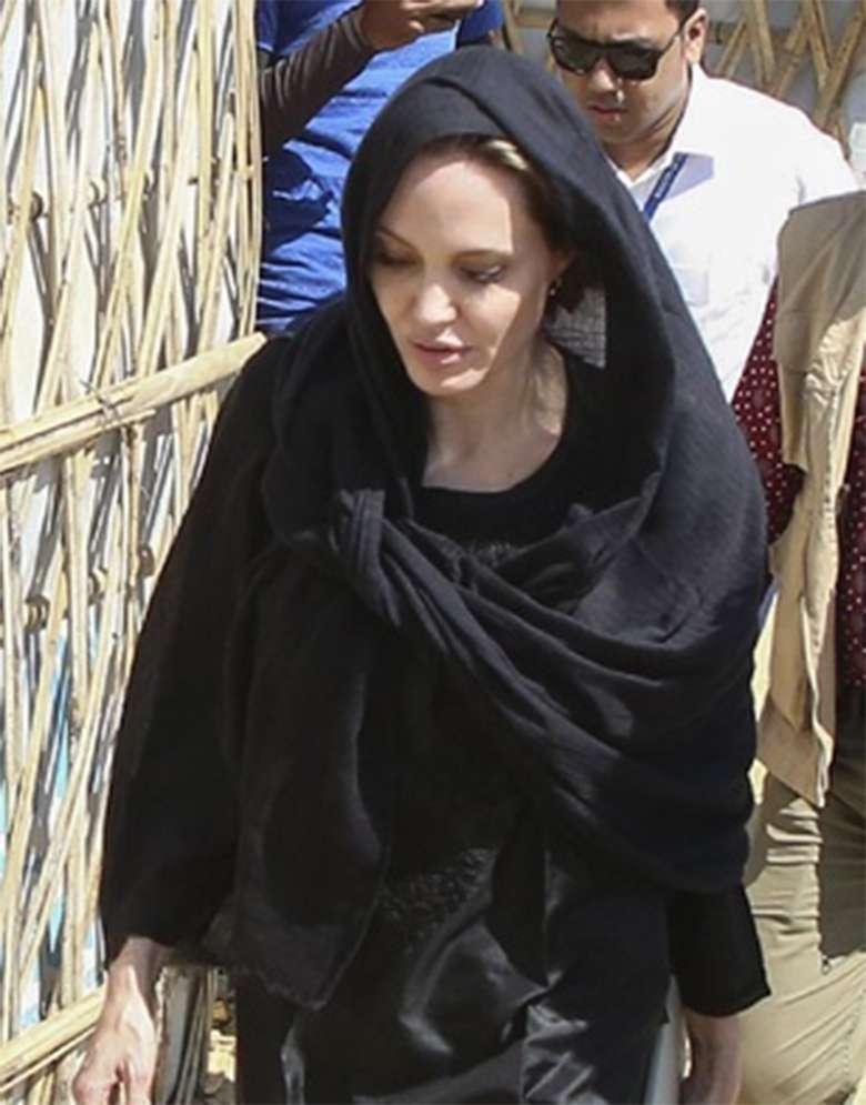 Zdjęcie (10) Niepokojąco chuda Angelina Jolie w Bangladeszu. Ubrała się cała na czarno mimo upału!