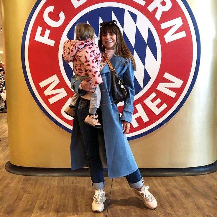 Anna Lewandowska z Klarą zadały szyku na trybunach! Płaszcz trenerki to najbardziej pożądany hit tegorocznej wiosny! zdjecie 1
