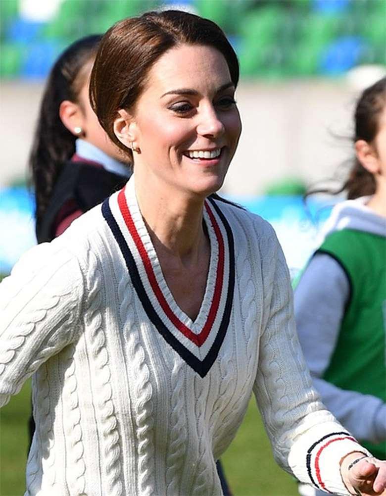 Księżna Kate gra z dziećmi w piłkę w Belfaście