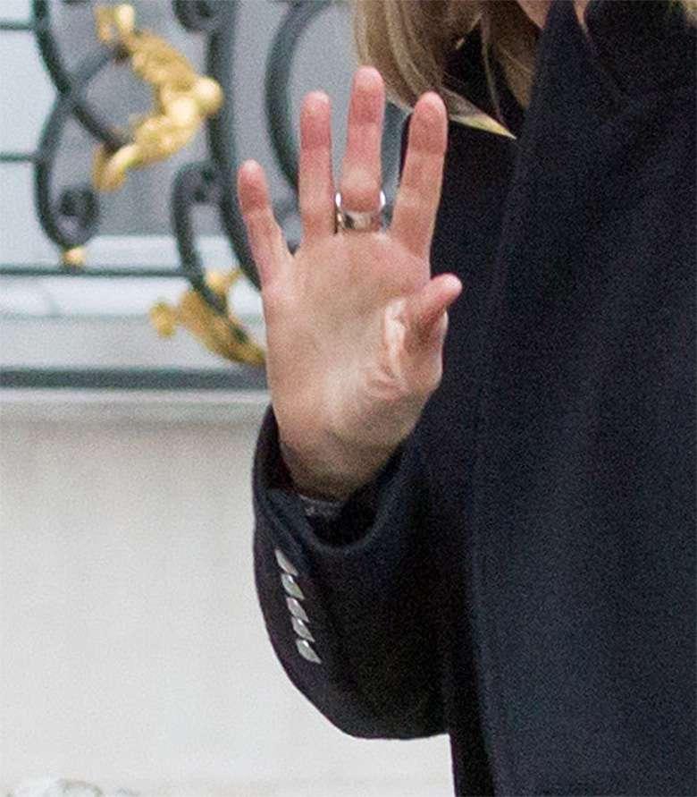 Stylizacja Brigitte Macron pod pałacem Elizejskim