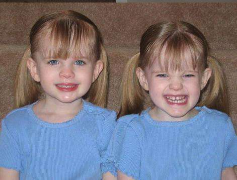 Noelle i Cali Sheldon - bliźniaczki, które zagrały Emmę Green-Geller w Przyjaciołach