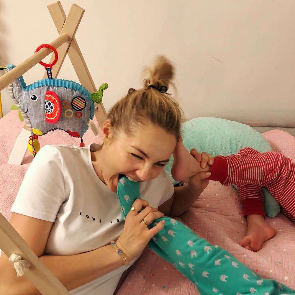Małgorzata Socha bawi się z dziećmi