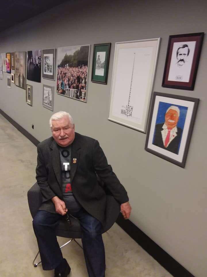 Lech Wałęsa spotkał się z dziećmi na korytarzu