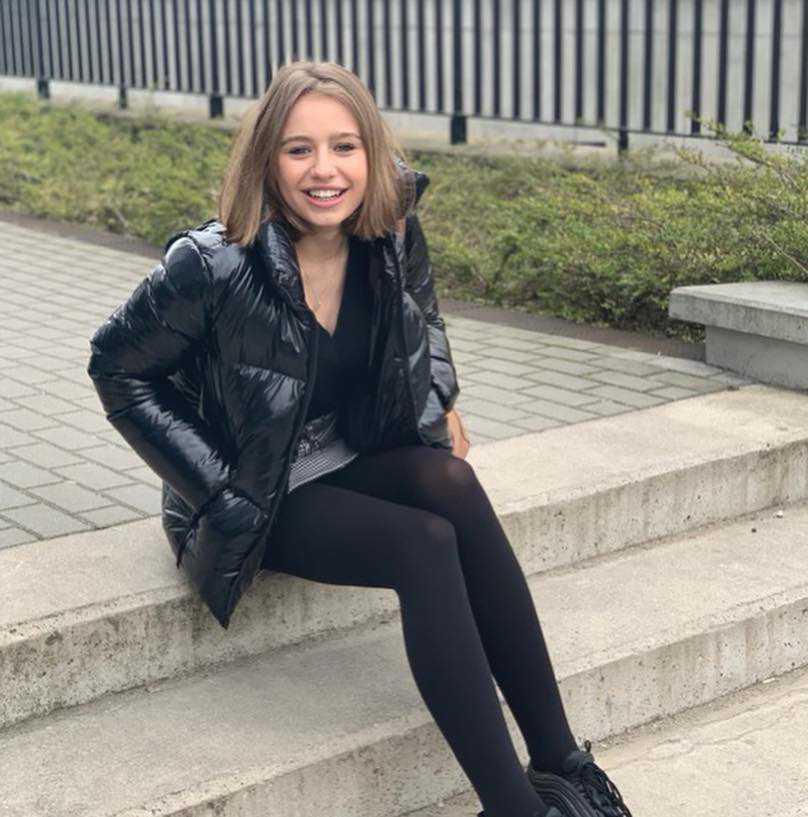 Oliwia Bieniuk w mini chwali się nogami