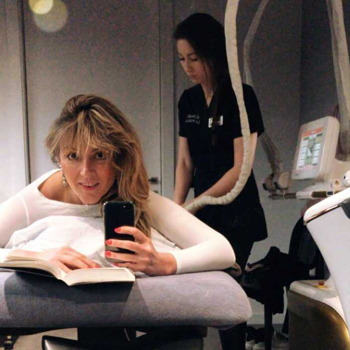 Karolina Szostak w klinice urody masuje się leżąc na łóżku jak królowa