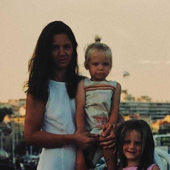 Kinga Rusin z córkami w młodości