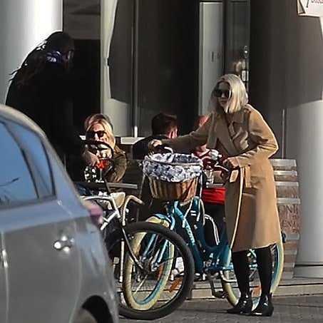 Marysia Sadowska z niebieskim rowerem